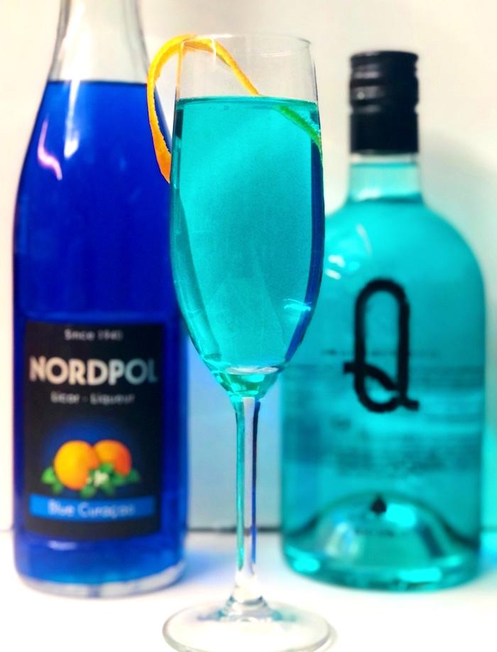 Blue-Gin-Fizz-Cocktail-mit-Curacao-Likoer-und-Gin-Q