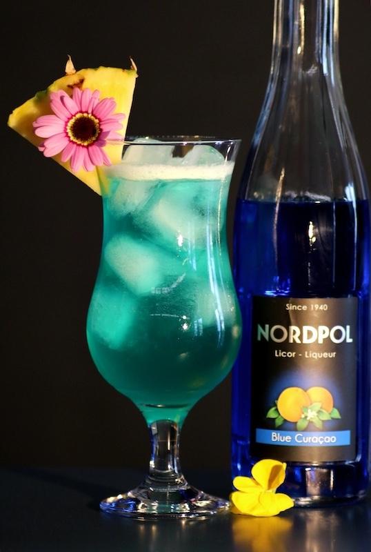 Blue-Hawaii-Cocktail-mit-Curacao-Likoer