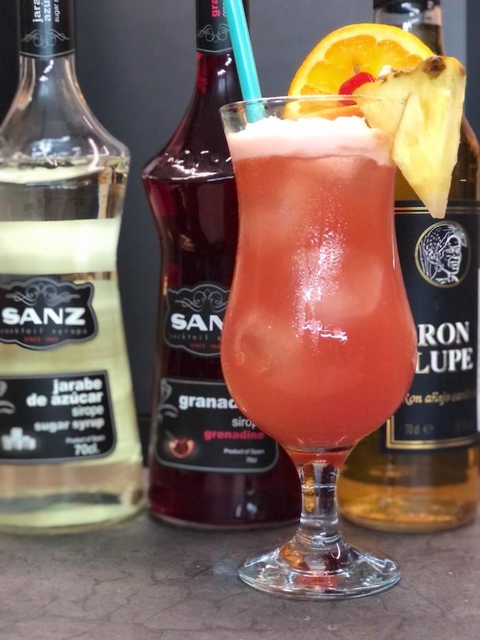 Planters-Punch-Cocktail-mit-Rum-und-Sirup-Flaschen